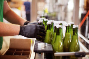розлив в бутылки 01 300x200 - розлив пива в стеклянные бутылки